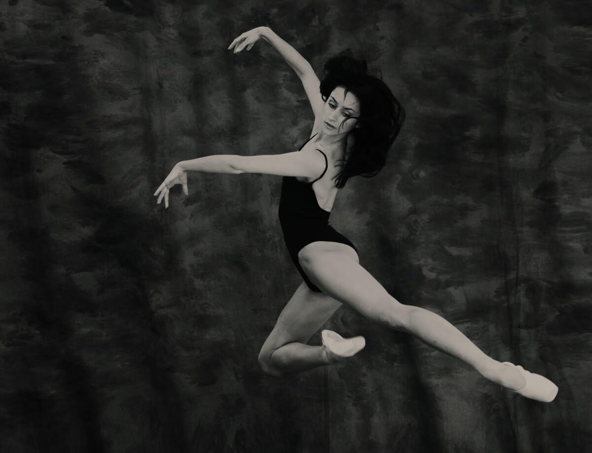 Portrait of a ballet dancers photography by portrait photographer in France session can be arranged in Bordeaux, Paris, Monaco or London. Slide 32